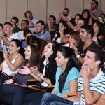 קהל נהנה בהופעתו של רועי זלצמן